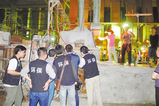 执法人员在祥明玻璃厂检查。