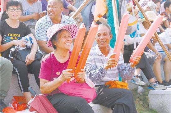 ◀热心村民为参赛队伍加油助威。