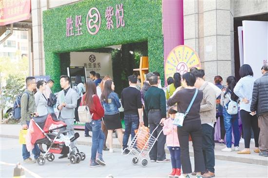 胜坚紫悦外展点吸引了众多市民驻足。陈祺伟